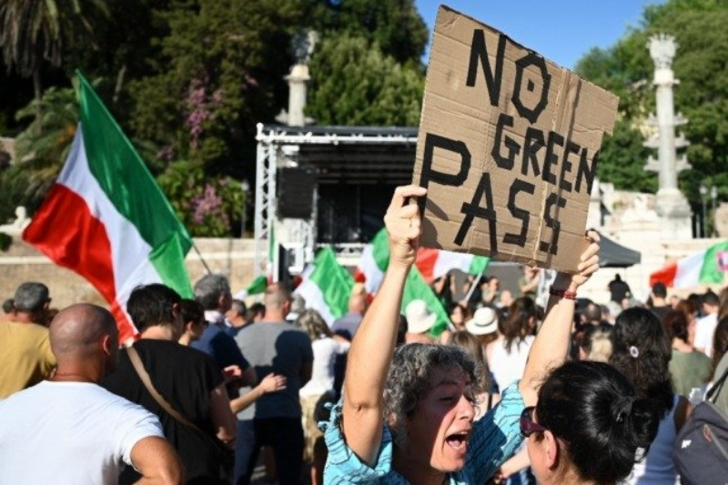 Protests against the green pass break out in Italy